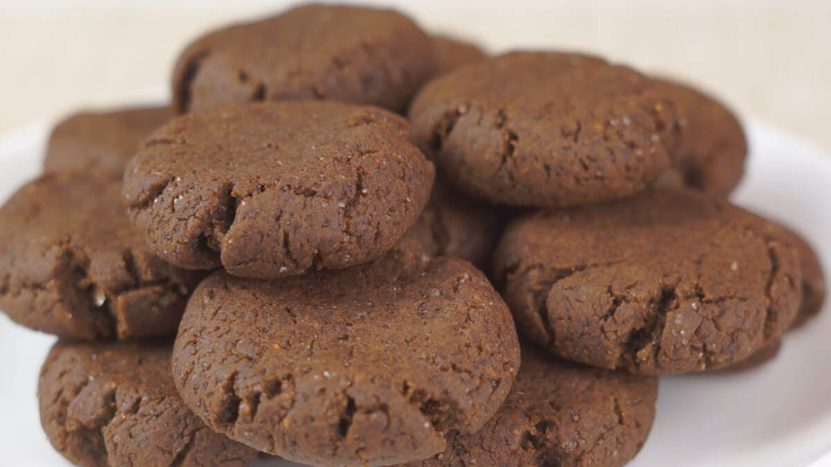 Постное печенье получилось с насыщенным шоколадным вкусом и с приятной ароматной кислинкой малины. Это печенье для настоящих сладкоежек, если любите менее сладкое, уменьшите количество сахара.