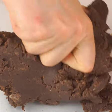 Тесто получается плотным и при сжатии  оно должно немного крошиться.