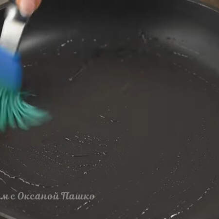 Тесто отдохнуло, жарим блины. Разогретую сковороду перед первым блином смазываем  растительным маслом, дальше сковороду смазывать не нужно.