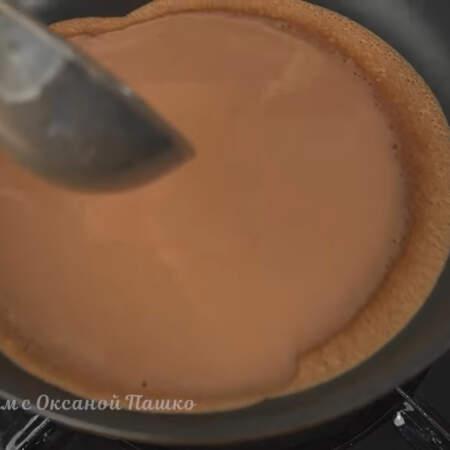 Каждый раз, перед тем, как взять блинное тесто, его нужно немного перемешать. Выливаем тесто на сковороду и равномерно его распределяем по всему дну, наклоняя сковороду. Готовим блины на огне чуть меньше среднего.