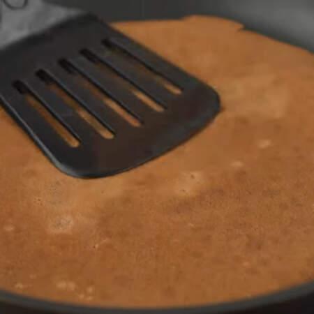 Когда блин приготовится с одной стороны переворачиваем его на другую сторону. Обжариваем еще пол минуты и снимаем на тарелку. Таким образом готовим все блины.