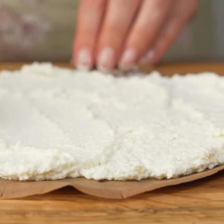 Начиняем блины. Кладем блин и смазываем его творожно-кокосовой массой.