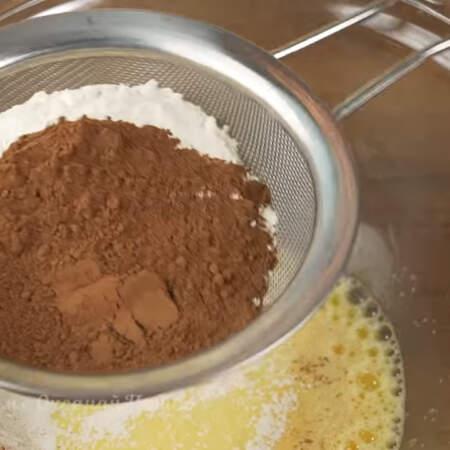 В миску просеиваем 150 г муки и 20 г какао.
