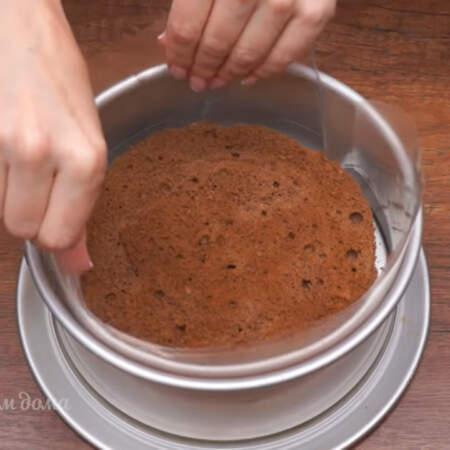 Подготовленный бисквит кладем в форму в которой он выпекался. По бокам формы ставим ацетатную пленку. Ацетатная пленка облегчает вытаскивание муссового торта из формы и делает его бока более аккуратными.