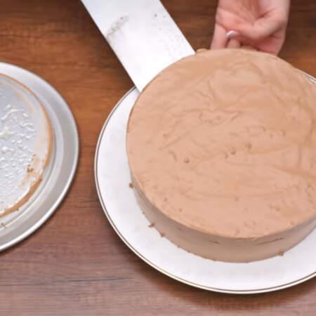 Готовый торт переставляем на блюдо.