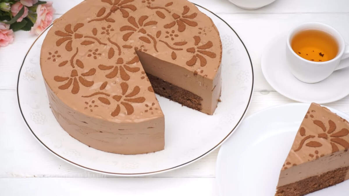 Шоколадный муссовый торт получился очень вкусным и нежным. Он в меру сладкий и понравится всем любителям шоколада. Испеките такой торт и порадуйте своих гостей и близких.