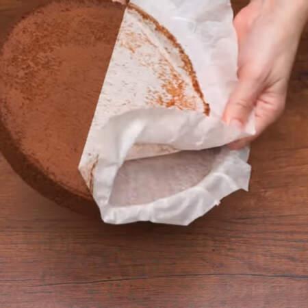 Испеченный и полностью остывший бисквит вынимаем из формы и снимаем пергаментную бумагу.