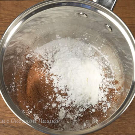 В сотейник или небольшую кастрюлю насыпаем 2 ст. л. сахара, 2 ст.л. какао и 2 ст.л. крахмала.