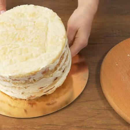 Торт переставляем на подложку. Я обычно торты переворачиваю вверх ногами, чтобы верхняя часть торта получилась более ровная.