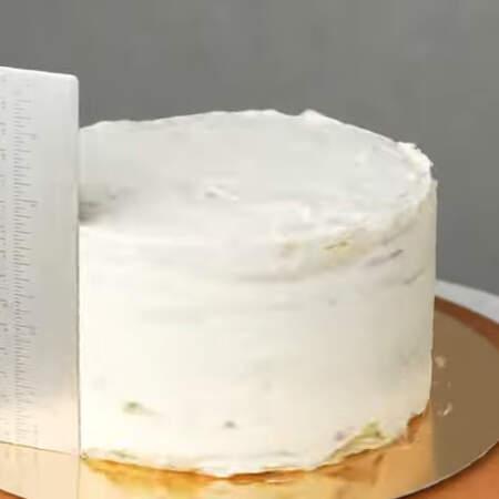 Торт по бокам и сверху украшаем оставшимся кремом. Сначала наносим тонкий черновой слой крема, чтобы прибить крошки.