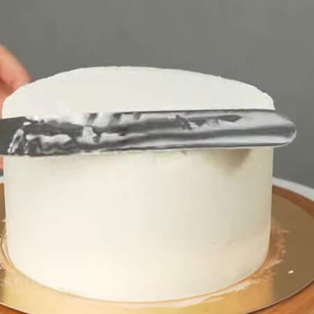 и красиво его разглаживаем шпателем или широким ножом.