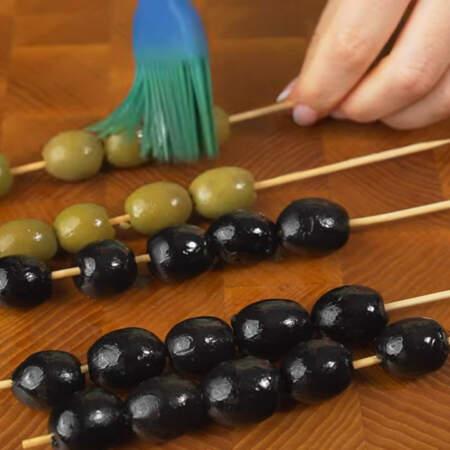Для того, чтоб оливки красиво блестели смазываем их растительным маслом.