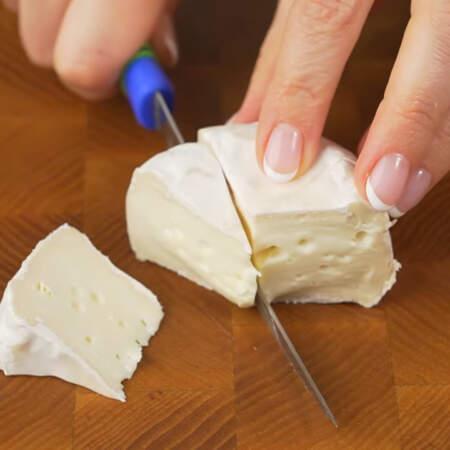 Сыр разрезаем на треугольники.