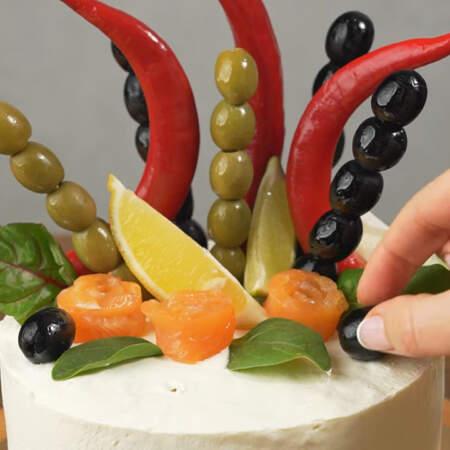 Выкладываем оливки.