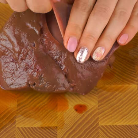 Сначала приготовим тесто для печеночных блинов.
