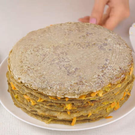 Украшаем печеночный торт. Последний блин сверху смазываем майонезом.
