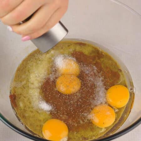 В миску с перекрученной печенью добавляем яйца, солим и перчим по вкусу.
