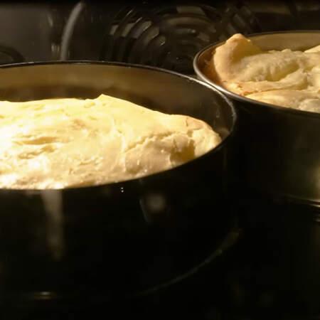 Если в духовку не помещается две формы сразу или у вас нету двух одинаковых форм, то можно печь по одному коржу