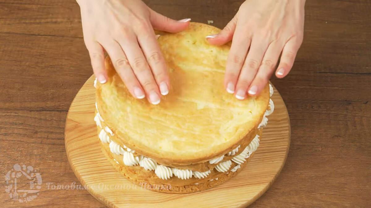 Последний корж кладем дном вверх, для того, чтобы торт был более ровный.
