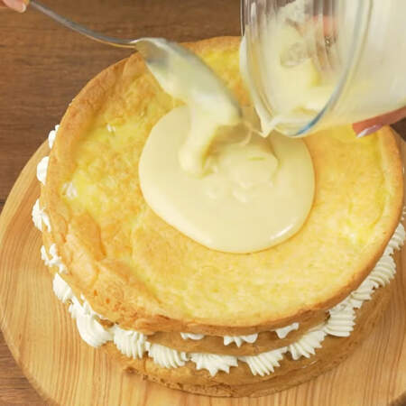 На торт наносим растопленный белый шоколад
