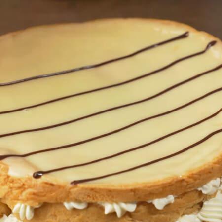 Темный шоколад наносим с помощью кулинарного мешка тонкими полосками, примерно на одинаковом расстоянии друг от друга.