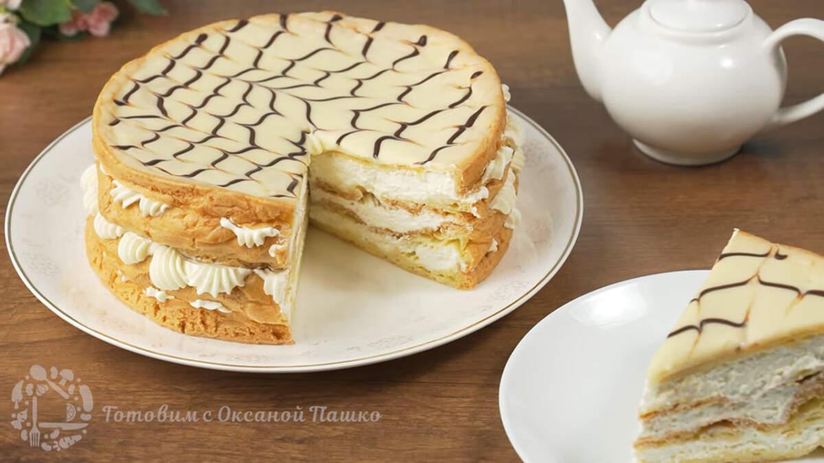 Готовый торт переставляем на блюдо. Торт Эклерчик получился очень вкусным и нежным. Он по домашнему красивый, готовится совсем несложно и относительно быстро. Также  в этот торт можно добавить ягоды или консервированные персики.