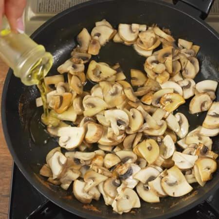 Когда из грибов вся вода испарится, наливаем в сковороду растительное масло.