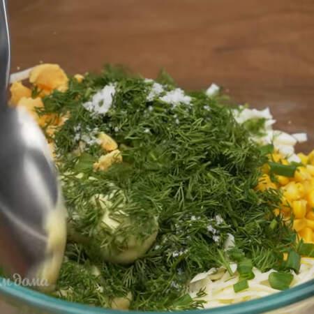 В миску кладем тертую морковь, сыр, полбанки консервированной кукурузы, Измельченные белки, желтки, нарезанный зеленый лук и укроп.