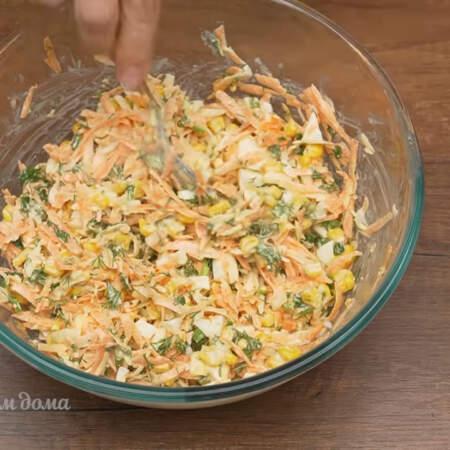 Салат немного солим и заправляем 2-3 ст.л. майонеза. Все хорошо перемешиваем.