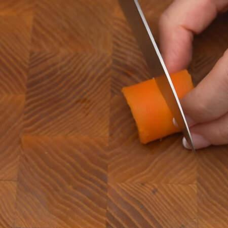 Пластинки скручиваем в трубочку. Получившуюся трубочку разрезаем посередине на 2 части.