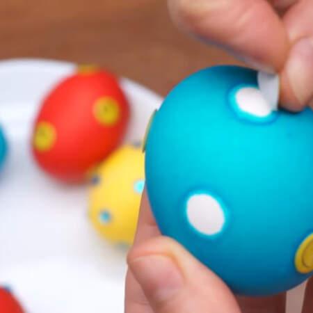 Также наклейки можно снять, и тогда получатся цветные яйца в белый горошек. К сожалению, у меня не получились четкие белые кружочки из за того, что наклейки и стразы достаточно жесткие и плохо прилегают к сферической поверхности яйца.
