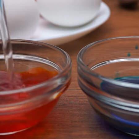 Окрасить яйца в кружочки можно еще одним способом. Сначала, как обычно, окрашиваем яйца в какой нибудь цвет. Я покрасила в желтый и голубой цвета. Отдельно в маленькой емкости разводим краску небольшим количеством горячей воды, чтобы получился более насыщенный цвет.
