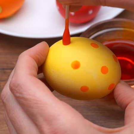 Берем окрашенное яйцо и ставим на нем точки приготовленной краской с помощью ушной палочки.  Точки стараемся ставить в шахматном порядке. Чтоб не было потеков, забираем лишние капли краски другой стороной ватной палочки. Вот такие симпатичные получаются яйца в точечку.