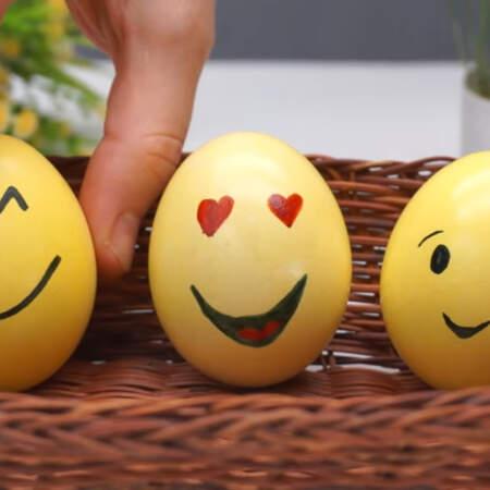 Рисовать можно и пищевыми фломастерами, так будет даже удобней. Если нет черного красителя, то его можно сделать самому смешав синюю и оранжевую краску для яиц. Также черный цвет получится если смешать красный и зеленый краситель. Яйца смайлы сразу бросаются в глаза и им хочется в ответ улыбнутся.