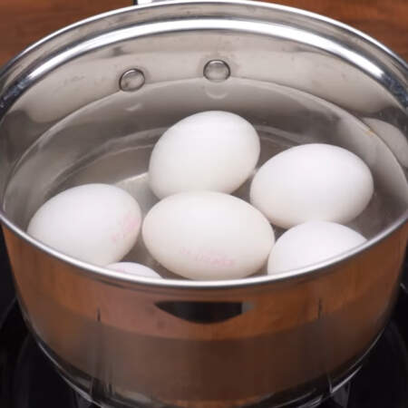 Яйца ставим на плиту и варим на небольшом огне после закипания 5-6 минут.