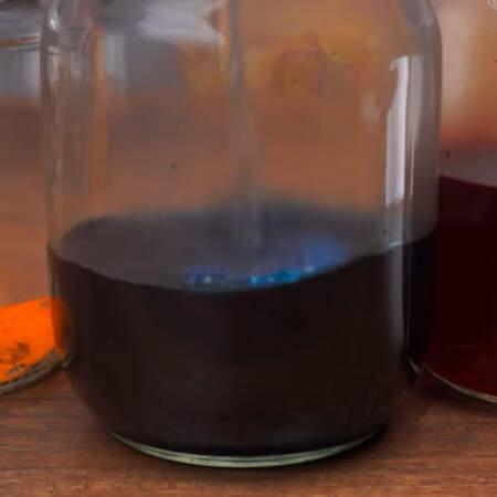 Окрашивать будем пищевыми красителями для яиц. В каждую баночку насыпаем краситель. По инструкции сухой краситель заливаем 250 мл горячей воды.