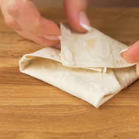 Лаваш сворачиваем конвертиком. Так подготавливаем все чебуреки.