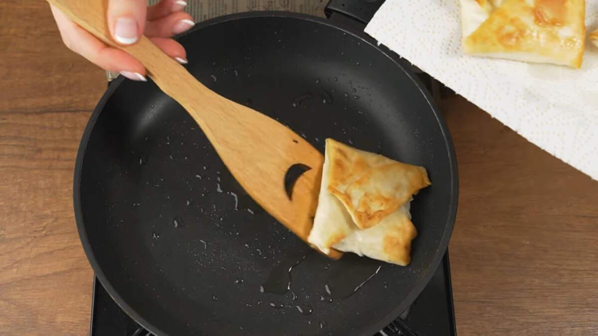 Готовые чебуреки снимаем со сковороды на бумажное полотенце, чтобы впитался лишний жир. Подаем на стол горячими.