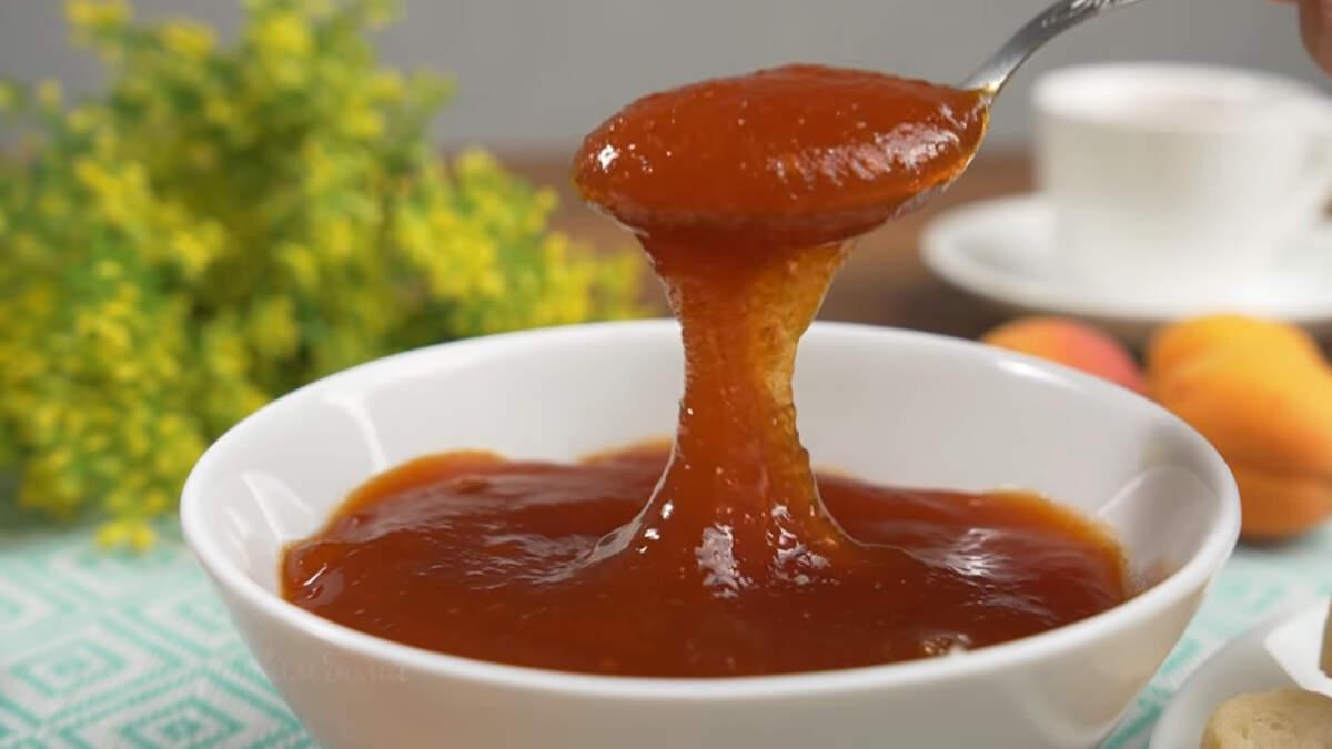 В горячем состоянии джем жидкий. Но после того как остынет, он становится вот таким густым. Абрикосовый джем получился очень ароматным, красивым и вкусным. Готовится просто. Обязательно его приготовьте, чтоб порадовать родных и близких вкусным домашним лакомством.