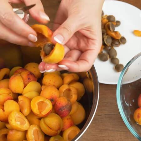 Берем 1 кг вымытых абрикосов. Разрезаем их пополам и вынимаем косточки.