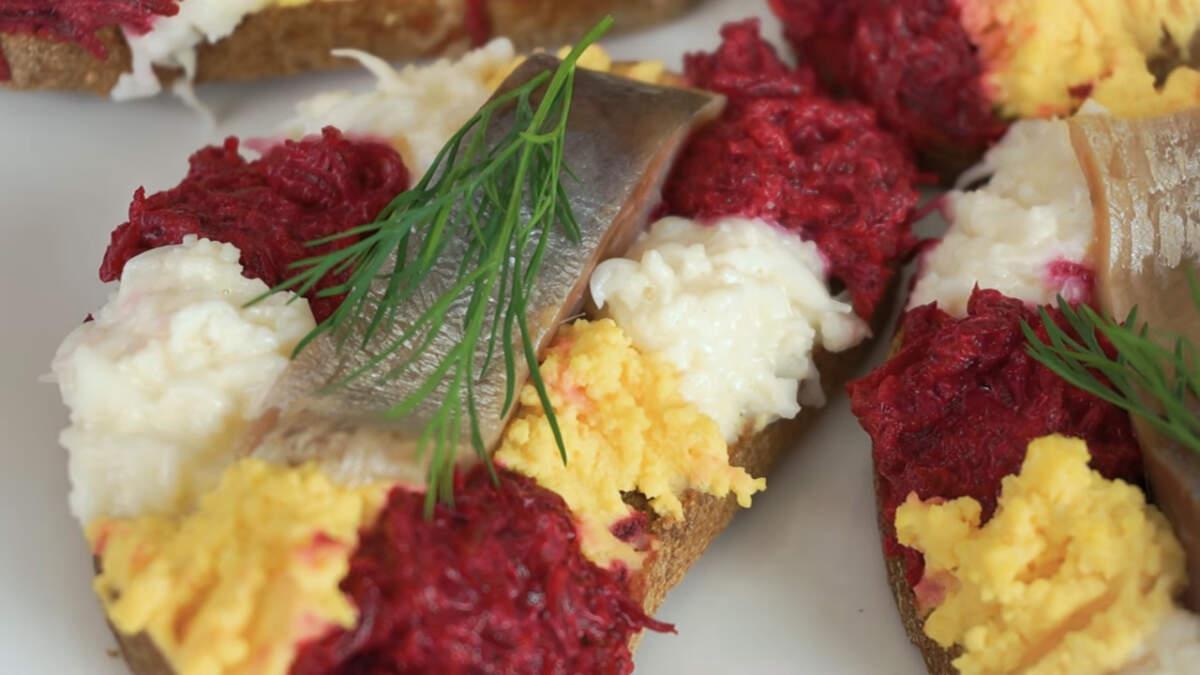 Бутерброды с сельдью получаются очень вкусные, яркие и оригинальные.