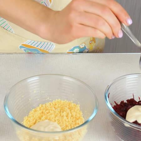 Все ингредиенты солим по вкусу. В каждую из намазок добавляем примерно по 1 ст. л. майонеза.