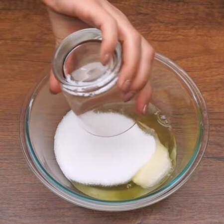 Сначала приготовим безе. В миску наливаем 100 г белков и насыпаем 170 г сахара.
