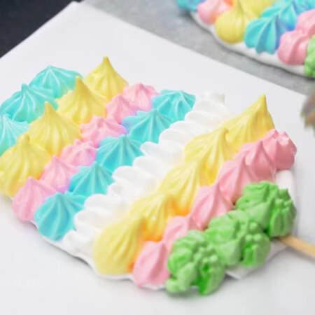Я делаю полоски с помощью разных насадок, чередуя цвета. Высота яиц 8 и 9 см.