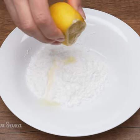 Украсим кулич такими безе, но прежде нужно приготовить сахарную глазурь.  Я приготовлю глазурь из сахарной пудры и лимонного сока на один небольшой кулич, если готовить больше глазури, то лучше вместо ложки использовать миксер.