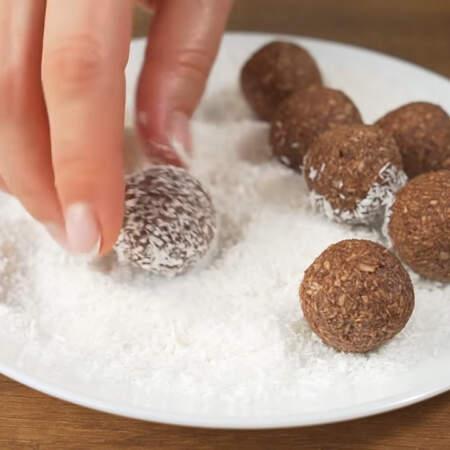 Обваливаем их в кокосовой стружке.