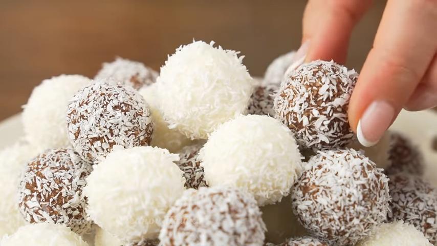 Из этого количества творожно-кокосовой массы у меня получилось 36 шариков. Все конфетки красиво выкладываем на тарелку.