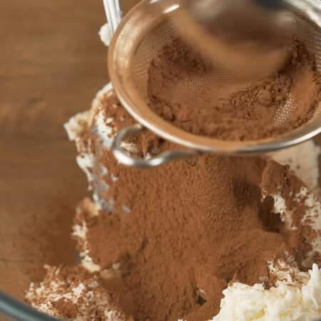 В одну из частей добавляем 10 г какао. Какао желательно просеять, чтоб не было комочков.