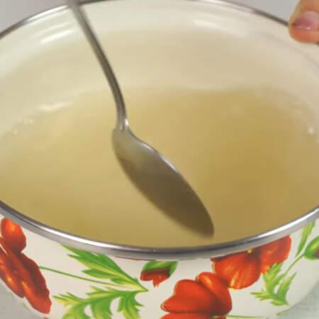 Размешиваем сахар до тех пор, пока он полностью не растворится. Если нужно, то сироп можно немного подогреть.