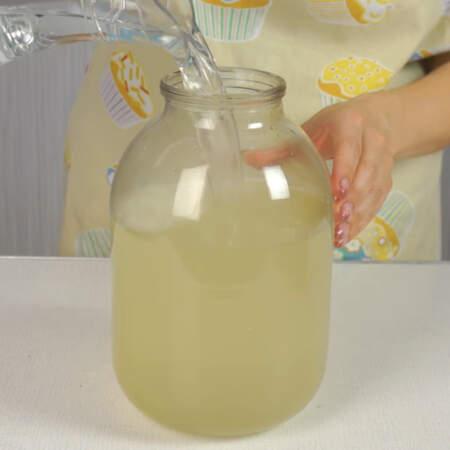 В 3-хлитровую банку наливаем лимонный сок, сироп и питьевую воду.